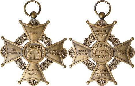 NETHERLANDS - Reünistenkruis Fort Honswijk / Fort Honswijk Reunion Cross 1934, PERIODE 1914-1918, FORT HONSWIJK Vierarmig kruis met lauwerkrans. In het medaillon de toegangspoort tot het fort. Op de vier armen de tekst PLICHT - TOE- / WIJDING - ZELFVER- / LOOCHENING - KAMERAAD / -SCHAP. Kz. in het medaillon de tekst WIJ HANDHAVEN / REUNIE / 1934. Op de vier armen de tekst HULDE EN / DANK VAN - VOORM. / BEZETTING - '1914- / 1915' - VAN FORT / HONSWIJK.MMW 57; Bax 234a.AE 41 mm. Met…