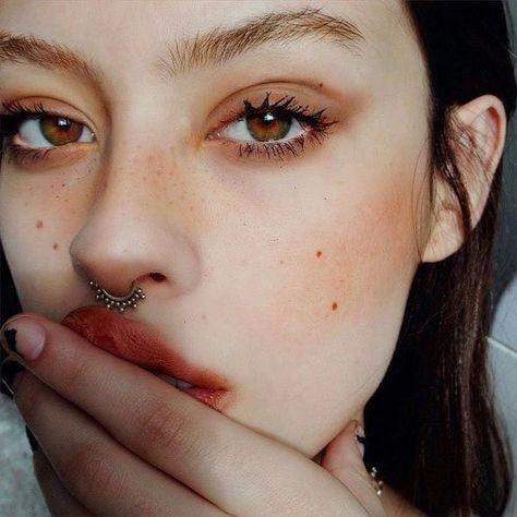 make-up grunge mascara cheek blush face makeup natural makeup look septum piercing eye shadow matte lipstick Makeup Goals, Makeup Inspo, Makeup Inspiration, Makeup Ideas, Makeup Style, Makeup Set, Peach Makeup Look, Black Hair Makeup, Red Lips Makeup Look