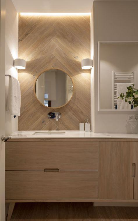 Decoración interior de cuarto de baño en blanco y madera ...