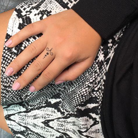 Widder Tatowierung Ariestattoo Tatowierung Widder Ariestattoo Constellationtattooslee In 2020 Aries Tattoo Finger Tattoos Tattoos
