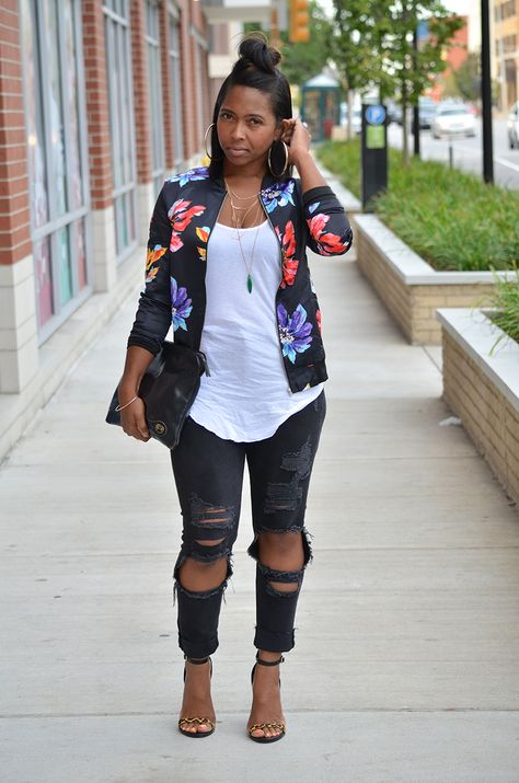 I love this idea with slightly less destructed denim Fall Outfit Idea, Black Jeans, Bomber Jacket, Fall Sweenee Style Chic Outfits, Spring Outfits, Fashion Outfits, Fashion Trends, Woman Outfits, Fashion Lookbook, Fashion Weeks, Look 2017, Floral Bomber Jacket