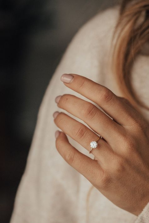 Round Solitaire Engagement Ring, Dream Engagement Rings, Engagement Ring Cuts, Vintage Engagement Rings, Wedding Rings Vintage, Vintage Rings, Wedding Engagement, Engagement Rings Minimalist, Simple Engagement Rings Oval