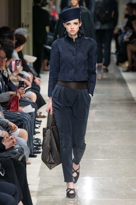 The complete Giorgio Armani Resort 2020 fashion show now on Vogue Runway.