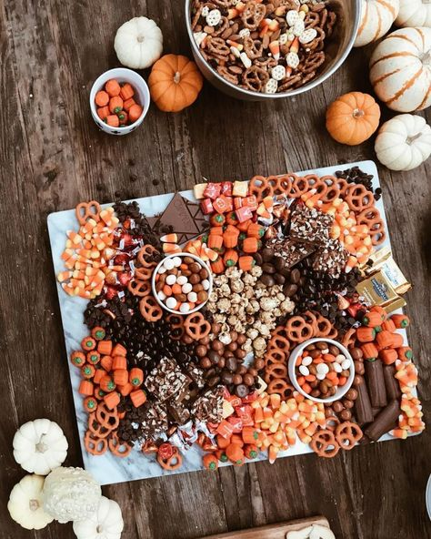 halloween movies The Only 5 Things You Need To Host A Halloween Movie Night Halloween Donuts, Halloween Party Snacks, Halloween Movie Night, Halloween Pizza, Soirée Halloween, Hallowen Food, Creepy Halloween Decorations, Halloween Cocktails, Halloween Dinner