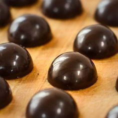 How To Temper Chocolate, Chocolate Work, Chocolate Molds, Homemade Chocolate, Melting Chocolate, Chocolate Making, Chocolate Candies, Chocolate Dreams, Artisan Chocolate