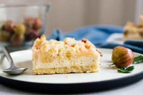 ein Stück veganer Streuselkuchen neben einer Stachelbeere | Zucker&Jagdwurst