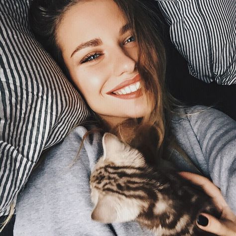 I dont know who is prettier...the woman or the kitty? Btw follow @HipHopsLife for a follow back xoxo