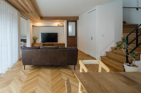 ヘリンボーンの床と下がり天井のリビング ルポハウス 設計事務所