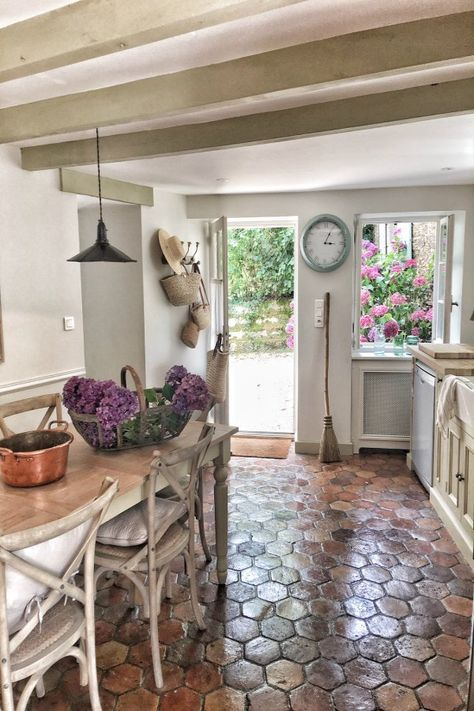 Lovely Country French Farmhouse Near Bordeaux - Hello Lovely Kitchen. French farmhouse design inspiration, house tour, French homewares and market baskets from Vivi et Margot. French Cottage Decor, Style Cottage, French Country Interiors, French Farmhouse Decor, French Country Kitchens, French Country Farmhouse, French Country Living Room, French Country Bedrooms, French Home Decor