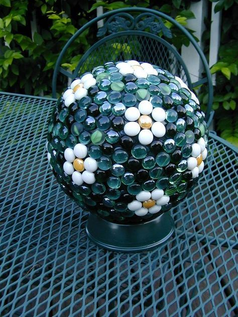 I could do this project. Have lots of these glass and stone things leftover from wedding.wonder if Sam has a bowling ball in the garage?Garden art made from bowling balls - glass gems used to make daisy design. Bowling Ball Crafts, Bowling Ball Garden, Bowling Ball Art, Garden Balls, Bowling Pins, Garden Spheres, Outdoor Crafts, Outdoor Art, Outdoor Gardens
