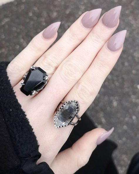 My Tibetan quartz ring on the dreamiest claw of ✨ there will be a similar ring in tomorrow's update for those drooling over this jewel 🖤 Hair And Nails, My Nails, Shoe Tattoos, Steampunk Necklace, Steampunk Diy, Bullet Jewelry, Gothic Jewelry, Gorgeous Nails, Nail Inspo