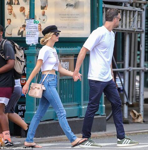 Romance: The 27-year-old actress flashed her tummy in a cropped graphic-print T-shirt and ... #jenniferlawrence