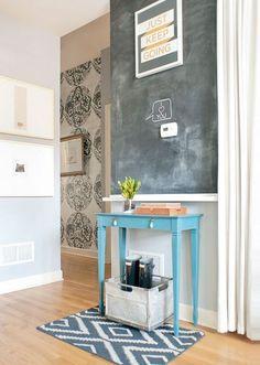 tableau noir  avec une table bleue à l' entrée de votre maison