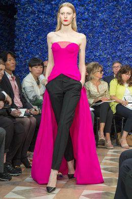 81fde818f38 Una modelo luce uno de los diseños de Alta Costura de Dior en París ...