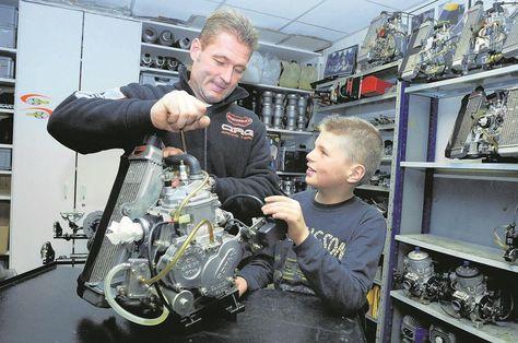 Nog altijd pas 9 jaar geleden: het 10-jarige karttalent Max in 2007 met vader Jos