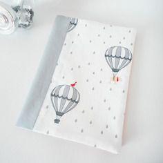Protège carnet de santé - tissu blanc imprimé montgolfières et ours - gris et rose saumon