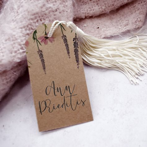 These Kraft wedding favour tags featuring rustic florals are perfect for a spring or summer wedding. Personalise with your names and wedding date to say a big thank you to all your guests, or personalise each card with a guest name to use as a quirky wedding place card. #barnwedding #rutsicwedding #weddingfavours #weddingplacecard