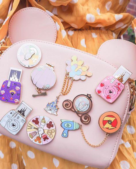 No photo description available. Cute Disney Outfits, Disney Inspired Outfits, Disney Style, Disney Love, Disney Pins Sets, Disney Trading Pins, Disneyland Pins, Estilo Disney, Disney Purse