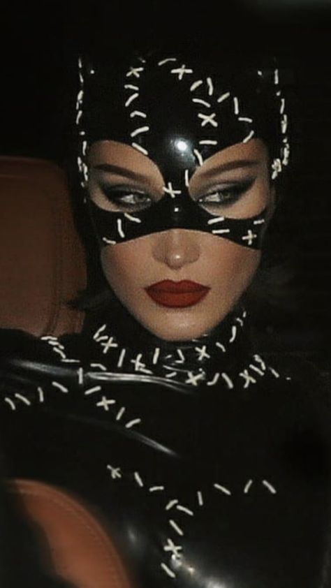 Bella Hadid as Catwoman for Halloween 🎃😍🖤💥 Bella Hadid Tumblr, Halloween Inspo, Halloween Outfits, Halloween Makeup, Celebrity Halloween Costumes, 4 People Halloween Costumes, Catwoman Halloween Costume, Woman Costumes, Halloween 2020