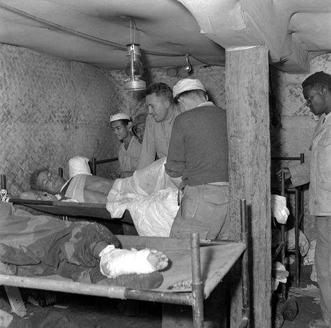 Lors de la bataille de Diên Biên Phu, les blessés reçoivent les premiers soins à l'antenne chirurgicale installée sous terre. Date : Mars 1954...