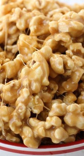 Caramel Marshmallow Popcorn Recipe (+VIDEO) Lil' Luna is part of Marshmallow popcorn - Delicious Caramel Marshmallow Popcorn this gooey treat is not only quick, but it's delicious and is perfect for parties and holidays! Candy Recipes, Sweet Recipes, Snack Recipes, Dessert Recipes, Cooking Recipes, Sweet Popcorn Recipes, Tea Recipes, Rice Recipes, Holiday Recipes