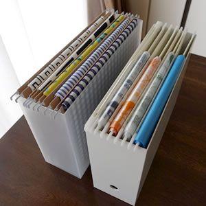 ハンギングフォルダーは 取り扱い説明書や書類 保証書 学校プリントの整理に便利な収納グッズです 無印良品とリヒトラブのハンギングフォルダーはデザインがおしゃれで 色んな使い方ができます 説明書 収納 ファイルボックス 収納 収納 アイデア