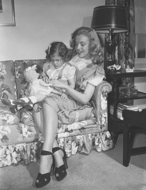 """Image - 1947 / by Dave CICERO... Harry BRAND publicitaire à la Fox et son équipe, firent passer dans le """"Los Angeles Times"""", une photo de Marilyn avec cette légende : « La baby-sitter débarque au cinéma ». L'article expliquait, la rajeunissant de deux ans, que cette « blonde baby-sitter de dix-huit ans avait rencontré un recruteur de talents » et s'était trouvée immédiatement propulsée vers la gloire. Ils concoctèrent à Marilyn une biographie édulcorée, faisant officiellement d'elle une…"""