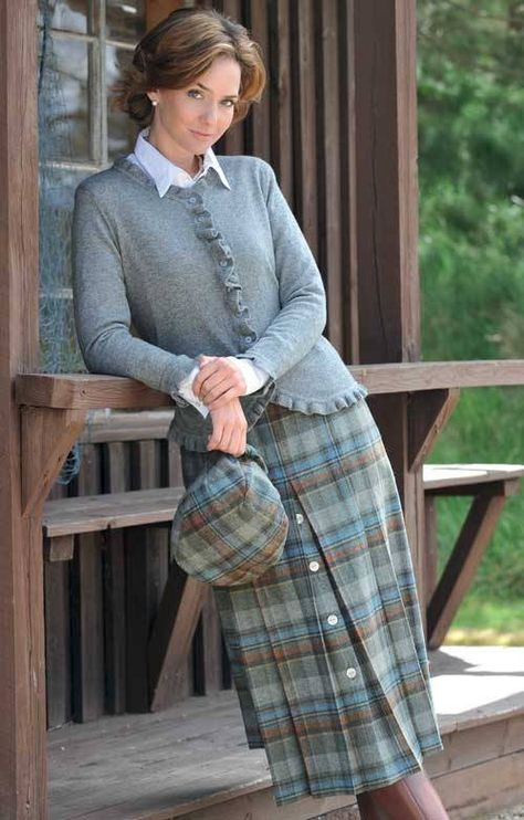 A masterful combination of practicality and refined good looks, our ladies Tweed horn button skirt gives you all the natural warmth of pure wool.