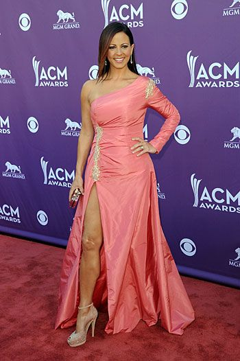 ACM Awards 2012: Sara Evans does the Jolie-ing thing, too