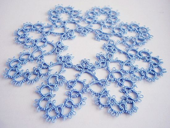 Tatted lace doilies ...LOVE THIS