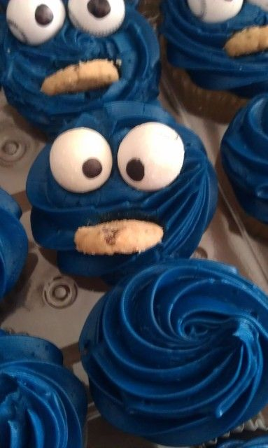 {Cookie Monster Cupcakes} White gumballs and mini cookie