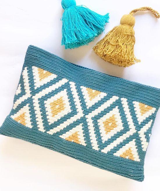 """Marta Rodriguez on Instagram: """". . Geométricos 🔶🔷🔶. . Happy Sunday my friends ! 💛💙💛 . #clubtapestry #tapestrycrochet #crochetclutch #wayuustile #wayuuclutch"""""""