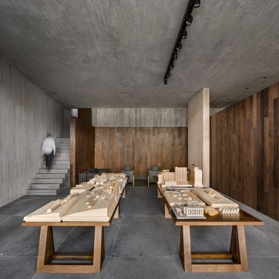 The studio is located on the lowest level, in a volume described by Cervantes as a concrete box. It consists of a 4.8-metre-high space, with a glazed rear wall and a mezzanine on one side.