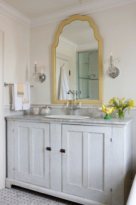 Well-styled small bathroom - like this mirror
