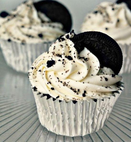 Chics et gourmands, ces cupcakes aux biscuits Oreo ébène qui tranchent à la perfection avec la couleur immaculée de la crème, ont tout bon. Découvrir la recette...