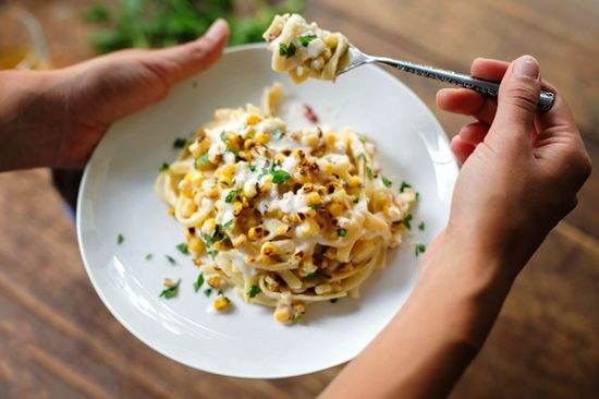 Healthy Chipotle Sweet Corn Fettuccine by pinchofyum #Pasta #Corn #Chipotle #Healthy