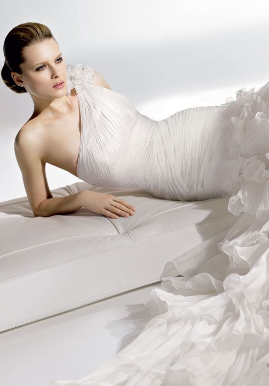 Spanish couture wedding dresses are all the rage right now. Many brides and designers are drawn to this style and like to devote more attention to it. We picked one of the most fascinating approaches on the Hispanic style for a wedding dress, which is the flamenco approach.
