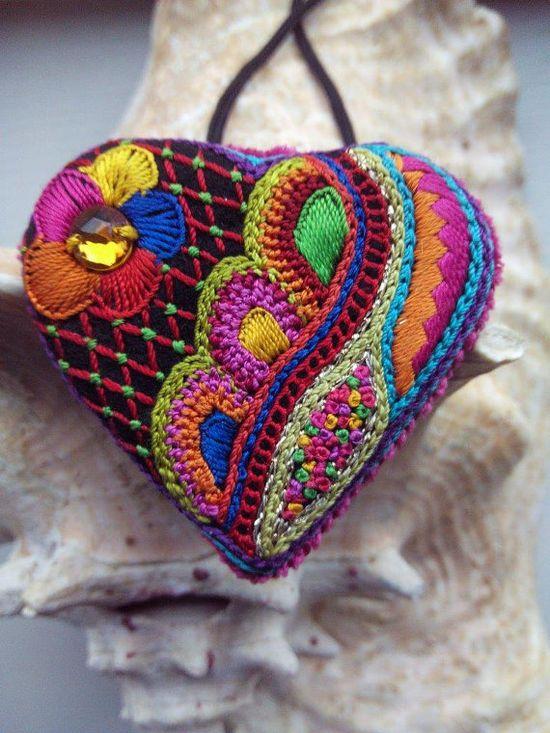 pendentif coeur brodé glazig en fil de soie