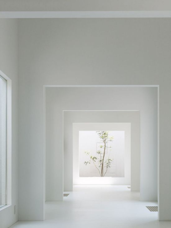 Enfilade of space. The Chiyodanomori Dental Clinic by Ogawa & Associates.
