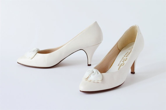 SUMMER SALE...sweet scalloped vintage bow heels.