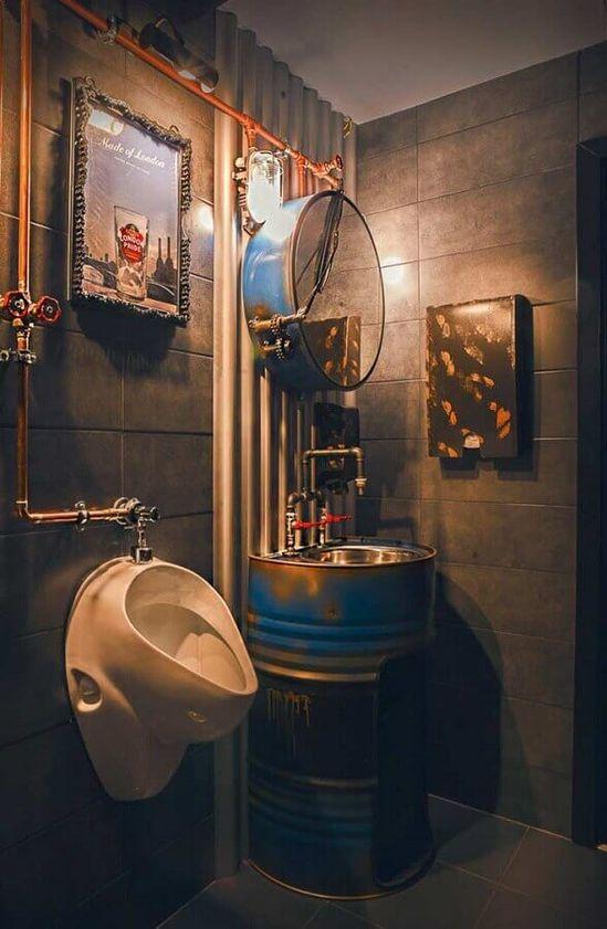 decoração industrial para banheiro masculino com tonel no lugar do gabinete  #banheiromasculino #banheiro #banheiropequeno