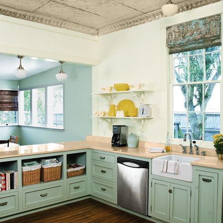 Open shelves on the right of the sink to make it more airy in the kitchen.