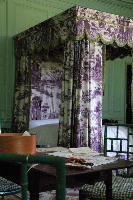 Room in Williamsburg-the bedroom at the governor's palace. Love the purple toile.