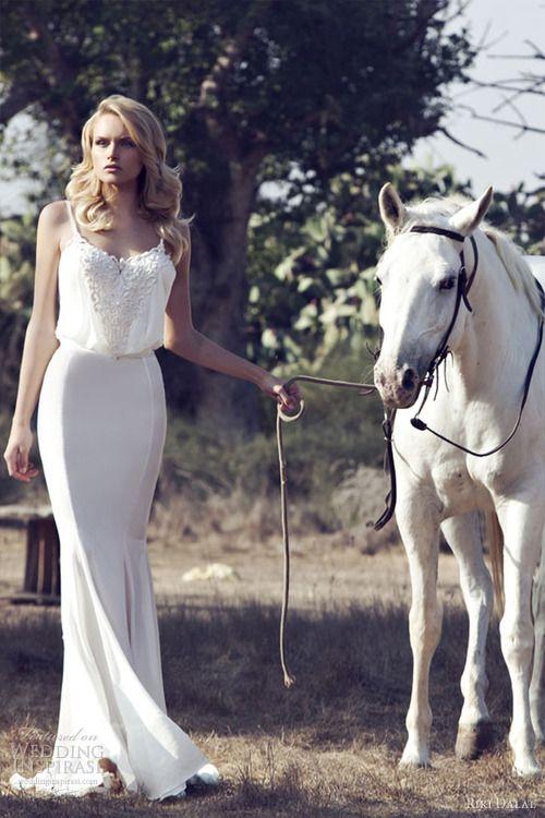 sleek and fitted wedding dress #wedding www.brayola.com