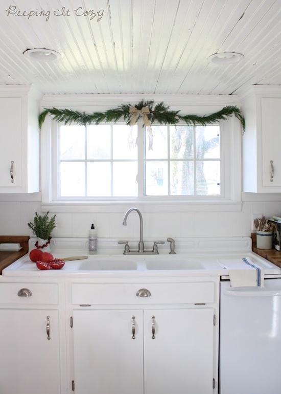 White cottage / farmhouse kitchen