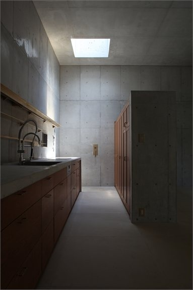Minamiyama House - Nisshin, Japan - 2010 - Tomoaki Uno Architects #architecture #japan #house #kitchen #concrete