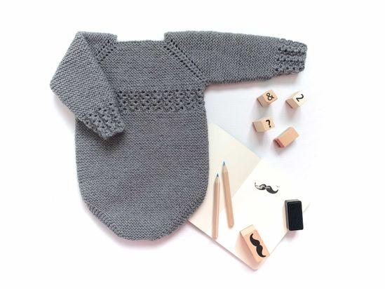 Patrón sencillo de entender con tallas desde 0 hasta 12 meses. Pelele tejido a punto bobo con adornos en puños y en el cuerpo a punto gusanito.