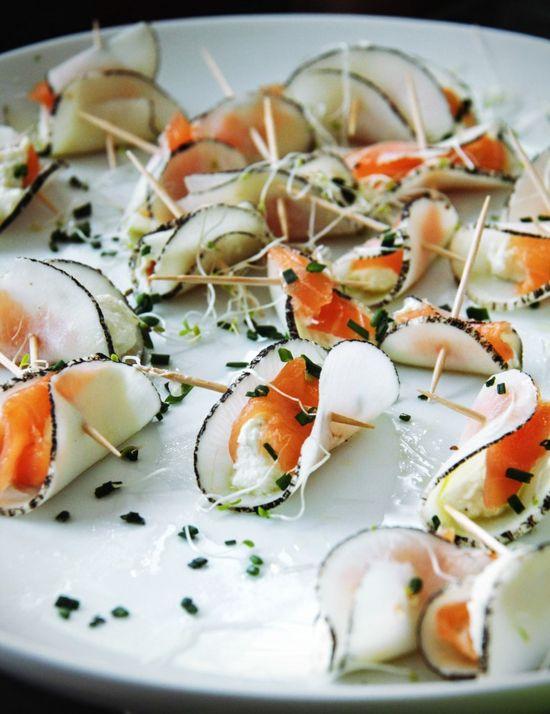 Recette de bouchées apéritives jolies et légères et délicieuses, radis noir, ricotta et saumon fumé.