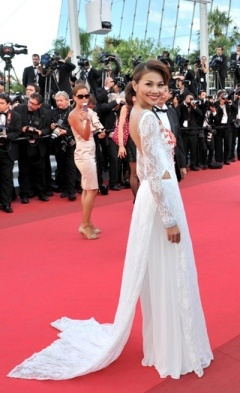 Vietnam female stars show off ao dai at Cannes