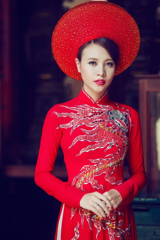 I like both the hat and the dragon pattern on the #aodai itself.
